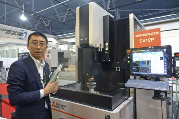 三菱電機が最新機械の展示会で紹介した、スマートフォンや自動車部品の金型を製造する機械=6月、名古屋市