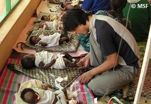 マイゴマ孤児院で赤ちゃんを診察する加藤医師