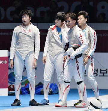 男子フルーレ団体準決勝で香港に敗れた日本の(左から)鈴村、敷根、松山、西藤=ジャカルタ(共同)