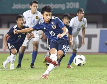 日本―マレーシア 後半、PKを決める上田=ブカシ(共同)