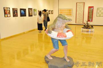 県内の高校生が制作した芸術作品が展示されている「全国高校総合文化祭埼玉県代表作品展」=24日、さいたま市北区のプラザノース