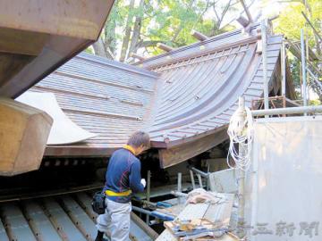 社殿の銅板屋根のふき替えが進められている。後方は本殿の屋根=加須市騎西の玉敷神社