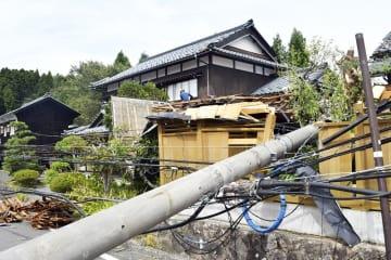 電柱が倒れ塀などが壊れた民家=8月24日午前10時ごろ、福井県越前市湯谷町