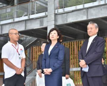 釜石鵜住居復興スタジアムを視察する野田聖子総務相(中央)