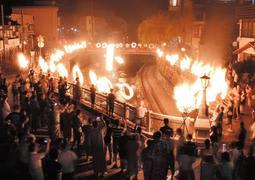 湯村温泉街に浮かび上がった炎の輪=24日夜、兵庫県新温泉町湯