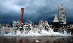満潮時近く、神戸港の岸壁に乗り上げる波=24日午前5時31分、神戸市中央区波止場町(撮影・大森 武)
