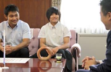若鮎賞に選ばれ、笑顔を見せる芳田真さん(中央)=大津市・県庁