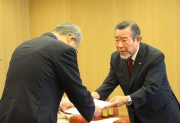 中村知事に要望書を手渡す嬉野会長(右)=県庁