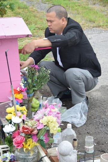 リンさんが見つかった現場近くで線香を上げる父親のハオさん=24日、我孫子市北新田