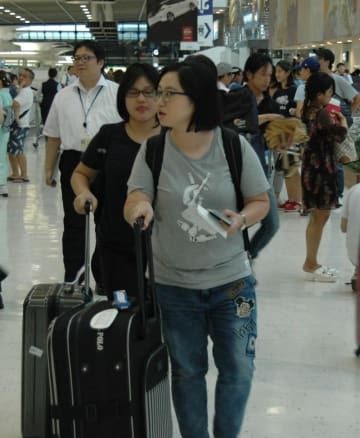 多くの出国客で混雑した成田空港第2ターミナル3階出発ロビー=10日