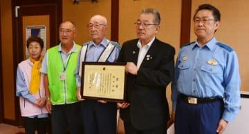 金田一正人署長(右)から称賛状を受けた小田祐士村長(右から2人目)と村内の交通安全団体の代表者ら