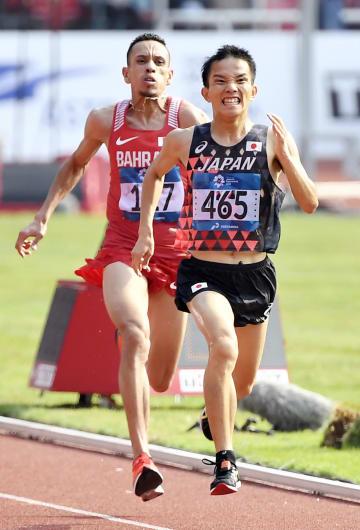 男子マラソン ゴール直前でエルハサン・エルアバシ(左)に競り勝ち、優勝した井上大仁=ジャカルタ(共同)