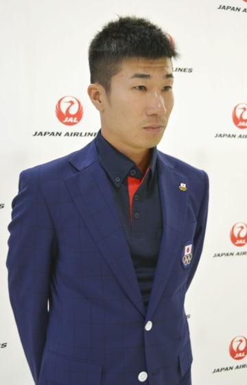 出国を前に意気込みを語る陸上男子400メートルリレーメンバーの桐生祥秀=25日午前、成田空港