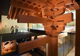 吹き抜けを利用して展示された軒下部分。唐招提寺金堂の一部を実物大で再現している=神戸市中央区熊内町7(撮影・中西大二)
