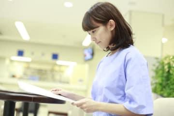 女性なら誰でもなる可能性がある病気である「卵巣腫瘍」。そもそも卵巣とはどんな働きをもっているのか。卵巣腫瘍の特徴、症状、チェック法、検査法、治療法、また卵巣嚢腫と診断された場合に医師に確認すべきことについて解説します