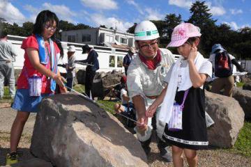 弘前城本丸石垣に使われている石材の大きさを測る参加者たち