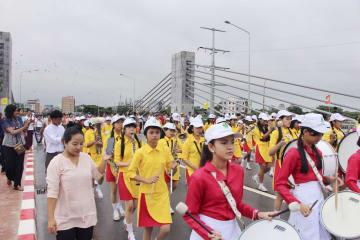 橋の完成を祝い、パレードする地元の子どもたちの鼓笛隊=25日、ヤンゴン(共同)
