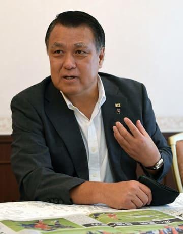 インタビューに答える日本サッカー協会の田嶋幸三会長=熊本市の熊本ホテルキャッスル