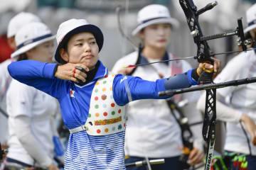 女子リカーブ団体準決勝 韓国戦で矢を放つ川中香緒里=ジャカルタ(共同)