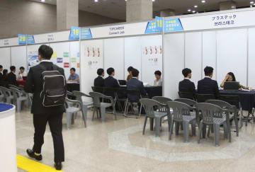 25日、韓国の釜山市で開かれた日本企業の就職説明会(共同)