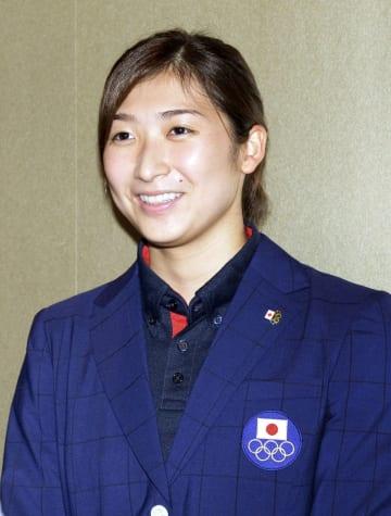 ジャカルタのアジア大会から帰国し、取材に応じる競泳日本代表の池江璃花子=25日午後、羽田空港