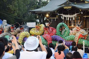 島根県益田市の保存会のメンバーらが演じた「石見神楽」=25日午後、福島市
