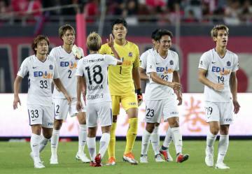 C大阪に勝利し、タッチを交わすGK林(1)ら広島イレブン=ヤンマー