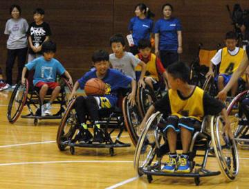 車いすバスケットボールを楽しむ子どもたち(京都市左京区・市障害者スポーツセンター)