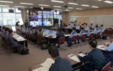 原発事故に備え、国や市町を中継でつなぎ、情報共有や連携を確認する京都府の担当者ら(25日午後3時、京都市上京区・府庁)