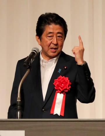 憲法改正などへの意欲を語る安倍首相=25日午後、宮崎市・シーガイアコンベンションセンター