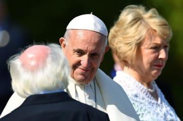 アイルランドを訪問したローマ法王フランシスコ(中央)=25日、ダブリン(ロイター=共同)