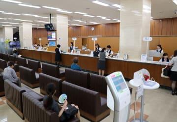 FFGとの経営統合が承認された24日、十八銀行本店窓口では多くの利用者が見られた=長崎市銅座町