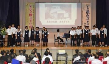 荒船風穴のテーマソングを合唱する下仁田高の生徒=下仁田町文化ホール