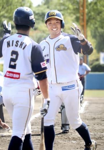 ルートインBCリーグ 滋賀-福井 2回福井2死一、三塁、3点本塁打を放ち生還する荒道好貴(右)=滋賀県の守山市民球場