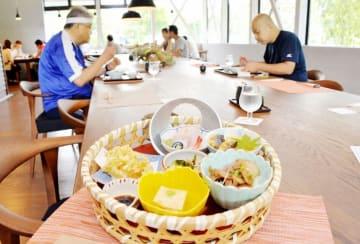 観光客や親子連れが竹かごに盛られた和食ランチなどを楽しんだプレオープン=8月25日、福井県福井市城戸ノ内町の一乗谷レストラント