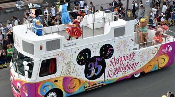 ミッキーや仲間たちが登場したパレード=三沢市中央町4丁目