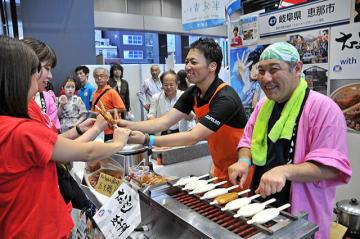 NHK連続テレビ小説「半分、青い。」の放映を機に人気を集める五平餅をPRする恵那市のブース=25日午後5時34分、東京都千代田区、アキバ・スクエア