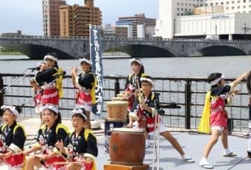 歌や太鼓の演奏などで終日にぎわった萬代橋誕生祭=25日、新潟市中央区