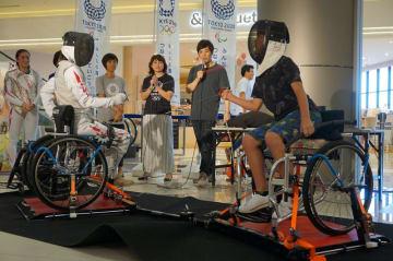 車いすフェンシングに挑戦する参加者=25日、千葉市美浜区のイオンモール幕張新都心