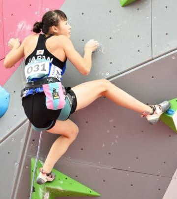女子複合予選 最終種目のリードで角度のある壁を慎重に登る伊藤ふたば=パレンバン(運動部・村上俊介撮影)