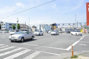 昨年、6件の事故が発生した交通事故多発交差点の類家1丁目交差点=13日、八戸市
