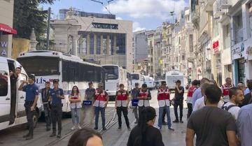25日、トルコ・イスタンブールで、集会の会場周辺を封鎖する警察官(共同)