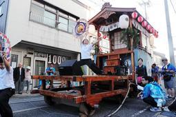 川下祭り宵宮に出る京二屋台は、地区で組み立てて地区で引く、民俗行事の形をとどめる=兵庫県新温泉町浜坂(撮影・大山伸一郎)
