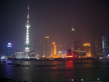中国の自動車販売は2005年当時に日本に肩を並べる580万台程度だったが、2009年に1360万台、2018年は3000万台に達すると言われる。写真は北京五輪前の2005年、高度成長期に入った中国・上海
