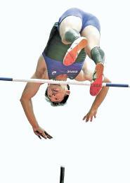 男子棒高跳び 5メートル00を2回目でクリアして優勝を決めた宮城・佐沼PVCの小野寺
