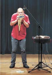 サンポーニャを奏でる瀬木さん