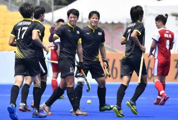 日本―香港 第1クオーター、ゴールを決めた田中海(左から2人目)を祝福する山下(13)ら=ジャカルタ(共同)