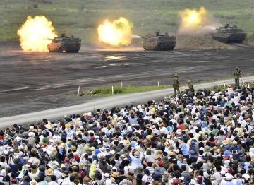 静岡県の東富士演習場で行われた陸上自衛隊の「富士総合火力演習」=26日午後