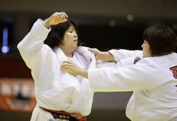 女子78キロ超級決勝 冨田若春(右)に敗れた山部佳苗=兵庫県尼崎市のベイコム総合体育館