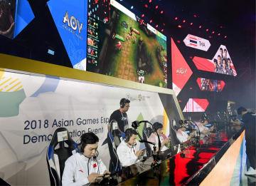 ジャカルタ・アジア大会の「eスポーツ」でタイチームと対戦する中国チーム=26日(共同)
